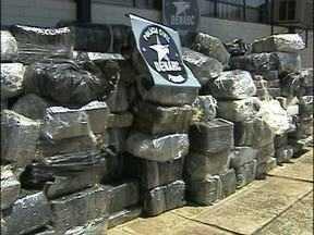 Polícia apreende mais de três toneladas de maconha em Foz do Iguaçu - A droga estava em uma casa, no Jardim Petrópolis. O local já vinha sendo investigado pelos policiais da Divisão Estadual de Narcóticos e pelo Gaeco de Cascavel e de Foz.