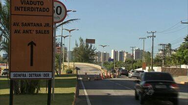 Bloqueio da Av. Washington Soares, no Ceará, deixa motoristas confusos - Quem passava pelo local reclamava da falta de orientações. Muitos entraram em um estacionamento de um shopping para chegar a outra via.