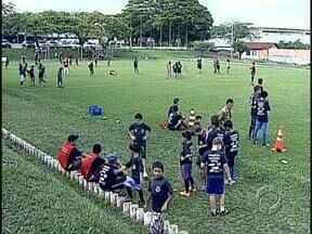 Crianças do Lindoia e Califórnia tiveram mais uma comemoração ao Dia da Criança - O Batalhão da PM e voluntários da PUC organizaram uma festa com muita brincadeira e esportes. As crianças ganharam até presentes.