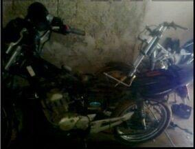 Três pessoas são presas em Timóteo suspeitas de desmanche ilegal e receptação de veículos - No local usado como desmanche, no bairro Recante Verde, a polícia encontrou uma motocicleta que havia sido furtada na semana anterior.