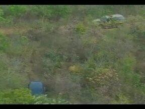 PRF localiza área de desmanche de carros na zona rural de Luziânia - Polícia Rodoviária Federal precisou da ajuda de um helicóptero e disse que quando os agentes chegaram ao local, bandidos ainda estavam retirando peças e fugiram.