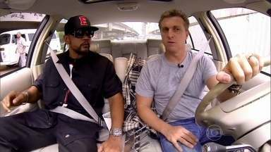 Edi Rock pega uma carona com Luciano Huck - Rapper fala sobre carreira, Racionais MC e o papo termina com música no palco