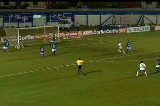 Gol do Icasa! Roberto aproveita e diminui para o Verdão! - Volante ganhou da defesa do São Caetano e chutou na saída do goleiro Rafael Santos.