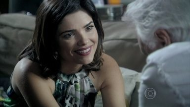 Aline convence César a se casar com ela - Ela aproveita a fragilidade de César e sugere que ele aproveite para curtir a nova família. Aline já pensa na cerimônia