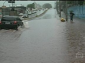 Chuva causa estrago no Rio Grande do Sul - Dezenas de cidades estão sem luz, porque muitos objetos foram arremessados na rede elétrica. Os ventos passaram dos 100 km/h.