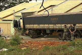 Criança de 2 anos é atropelada por caminhão desgovernado e morre, em Goiânia - O veículo estava carregado com ferragens e pertence ao avô da criança. O menino estava na porta de casa quando foi atingido.