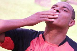 Donizete bate um bolão jogando pelo Divino Futebol Clube - Ex-jogador volta aos gramados com uma ajudinha do site do Vídeo Show
