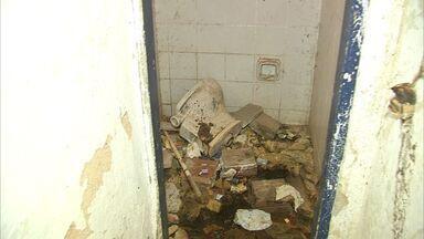Espaços públicos de Fortaleza estão sem banheiros para a população - Na Ponte Metálica, os dois banheiros estão fechados.