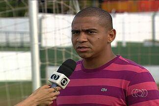 Walter pede fim da violência no Serra Dourada - Atacante do Goiás, que sequer comemorou gol contra o Atlético-PR, espera melhor comportamento nas arquibancadas.