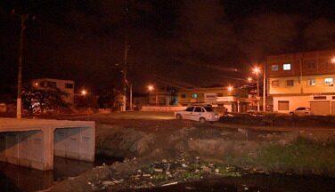 Construção de ponte no ES, cria buraco e lama no bairro Cobilândia, em Vila Velha - A prefeitura está construindo uma ponte para ligar o bairro de Cobilândia a Sotelãndia. A noite falta sinalização no local.