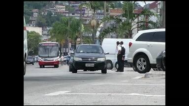 Dificuldade para encontrar vagas de estacionamento cresce na alta temporada em Angra, RJ - A prefeitura informou que a duplicação das vagas do canteiro central da Avenida Júlio Maria não acontecerá em 2013, devido a problemas orçamentários.