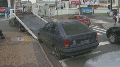 Emdec retira 6 veículos deixados em calçada do 1º DP de Campinas - Seis veículos estacionados de forma irregular em frente ao 1º Distrito Policial de Campinas (SP), na região do Botafogo, foram removidos nesta terça-feira (22).