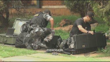 Gate detona explosivo deixado perto de escola no Centro de Piracicaba, SP - O Grupo de Ações Táticas Especiais (Gate) detonou por volta das 18h desta terça-feira (22) as duas dinamites encontradas em uma lixeira na Rua Madre Cecília, na região central de Piracicaba (SP).