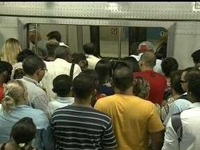 Segundo dia de greve dos funcionários do metrô do DF causa transtornos no trânsito - Na Estação Central, os passageiros chegam a esperara cerca de meia hora para conseguir embarcar. Muita gente invadiu a faixa de segurança, se arriscando para conseguir um lugar no trem.