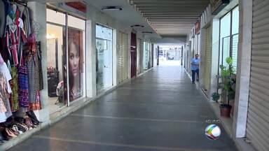 Jovens armados assaltam salão de beleza no Centro de Juiz de Fora - Segundo PM, os dois suspeitos tinham passagem pela polícia. Eles foram capturados em um ônibus.