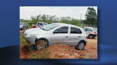 Ladrões roubam três carros de revenda em Guaxupé, MG - Na fuga, homem bateu em um dos veículos em ônibus e morreu.