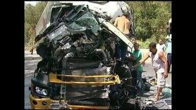 Caminhoneiro morre em acidente na BR-101 Sul, no ES - Duas carretas bateram na BR -101 Sul e um caminhoneiro morreu. A rodovia ficou fechada nos dois sentidos, por quase duas horas.