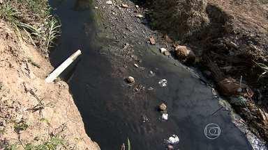 Moradores de bairro em Ribeirão das Neves reclamam de córrego que passa pela região - O acúmulo de lixo e a pouca vazão da água são alguns dos problemas no bairro Botafogo. Erosão está colocando as casas em risco.