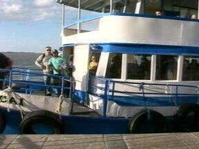 Uma das quatro lanchas que transportam passageiros em Rio Grande, RS, estragou - Filas foram formadas por clientes do serviço.