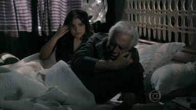 Félix avisa César sobre o estado de Pilar - O vilão leva a mãe direto para o hospital. Aline reclama ao saber que o marido ajudará Pilar