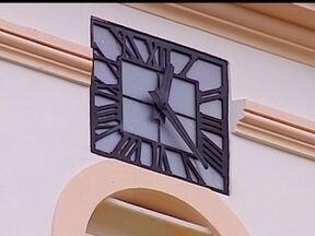 Jornalista de Bauru recupera grandes relógios de igrejas - Seu Jaime tem se dedicado nos últimos seis anos a consertar relógios das igrejas da cidade que estavam parados há décadas.
