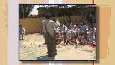 ZAPPEANDO: conheça um projeto que leva teatro para as escolas, em Rondônia - La Perseguida, é uma peça de teatro de palhaços e é o tema levado as escolas nos bairros, em Porto Velho.