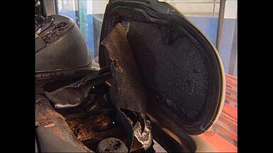 Dois homens colocam fogo em ônibus em Rondonópolis - Dois homens colocaram fogo em um ônibus do transporte coletivo em Rondonópolis. Os moradores ajudaram os bombeiros a apagar as chamas.