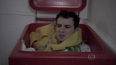 Valdirene esconde Carlito em uma lata de lixo para não ser flagrada por Ignácio - Eles vão para a escada, mas o milionário dá falta da mulher e vai procurá-la