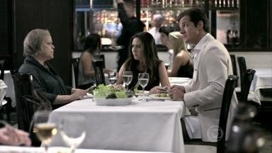 Eudóxia não deixa Valdirene comer demais no restaurante - Ignácio apoia a atitude da mãe. A periguete faz um escândalo