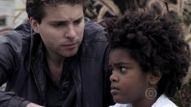 Niko descobre que pode perder a guarda de Jayminho - Eron avisa ao empresário que, para Jayminho ser adotado, eles precisam morar juntos