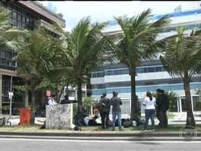 Manifestantes voltam a acampar perto do prédio onde mora o governador Sérgio Cabral - Segundo a polícia, 13 pessoas montaram acampamento no canteiro central da Avenida Delfim Moreira. O policiamento na região foi reforçado. Os manifestantes foram revistados e sete deles foram levados para a delegacia, ouvidos e liberados.