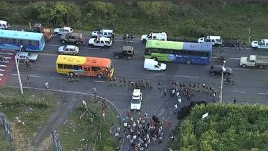 Moradores do bairro Tupã, em Contagem, voltam a protestar nesta terça-feira - Nesta segunda-feira, cerca de 300 pessoas fizeram manifestação e fecharam a LMG-808.