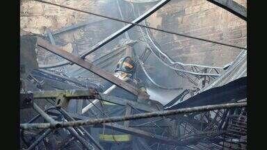 Incêndio destrói fábrica de calçados em Franca, SP - Fogo no prédio, que fica no bairro Parque São Jorge, começou no final da tarde de segunda-feira (28).