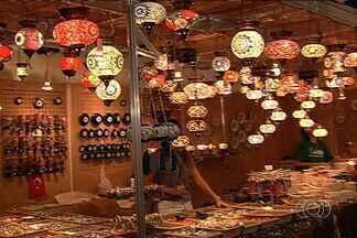 Feira de artesanato expõe produtos feitos em países dos cinco continentes, em Goiânia - Uma das propostas da feira é fazer com que em 4 mil metros quadrados o visitante tenha condições de viajar os cinco continentes. O evento vai até 3 de novembro, no Centro de Convenções de Goiânia.