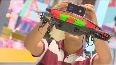 Drone voltado ao setor de segurança é desenvolvido em São José - Uma empresa, instalada dentro do Parque Tecnológico de São José dos Campos (SP), está desenvolvendo uma aeronave pilotada por controle remoto, popularmente conhecida como 'drone', para ser utilizada pelas forças de segurança do país.