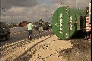 Caminhão tomba em cima de viaduto e complica o trânsito em Fortaleza - Caminhão transportava gordura vegetal, produto ficou espalhado pela pista. PRF-CE colocou areia no local para diminuir os riscos de acidentes.