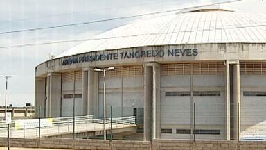 Após ventania, ginásio Sabiazinho é interditado por 15 dias em Uberlândia - Local é anexo ao Parque do Sabiá. No último sábado (26), parte do telhado entortou e pedaços de barras e lonas caíram.