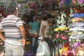Vendas de artigos para o Dia de Finados aumentam em Santarém - Segundo empresária, as vendas neste período aumentam 70%. Clientes buscam artigos para decorar a sepultura de familiares.