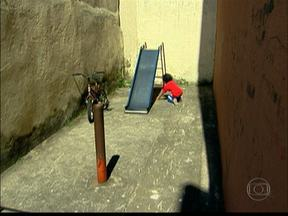 Condomínio na Zona Norte tenta adaptar espaço de lazer para crianças - Hoje, 28 crianças utilizam um espaço de 22 metros quadrados. Falta segurança, brinquedos e opções de recreação.