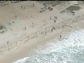 Ressaca deixa mar agitado nas praias do Rio - Segundo a Marinha, existe o risco de ressaca com ondas de até três metros de altura, até esta quarta-feira (30). O fenômeno é provocado por um ciclone extratropical que está no oceano. A previsão é de tempo bom para a tarde desta terça-feira (29).
