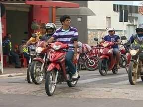 Moto vermelha é transporte preferido dos moradores de uma pequena cidade do Sergipe - Em muitos municípios do Nordeste, as motocicletas são o principal meio de transporte. Mas em uma pequena cidade de Sergipe, a população tem um gosto ainda mais específico: só serve moto vermelha.