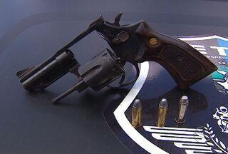 Polícia apreende suspeito de tiroteio em Aracaju - A polícia apreende o suspeito de assaltar uma mercearia em Aracaju.