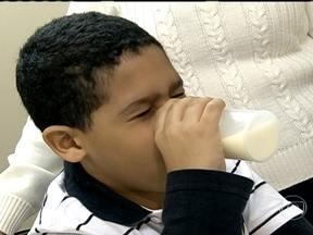 Tratamento de Matheus inclui 15 litros de leite puro para combater alergia - Durante 77 dias, Matheus fez tratamento contra a alergia a leite. Ele sonha em comer diversos quitutes que levam leite na receita, como brigadeiro e pão de queijo. A pediatra Ana Escobar ressalta que a maioria das alergias podem ser curadas.