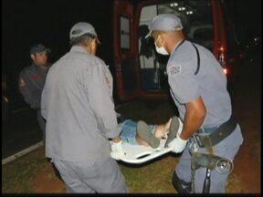 Motociclista é arremessado para dentro de van e fere 10 em Birigui - Um acidente entre uma van com estudantes universitários e uma moto deixou pelo menos 10 pessoas feridas na noite desta quarta-feira (30), na Vicinal Teotônio Vilela, em Birigui (SP).