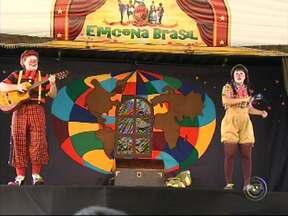 """Projeto 'Emcena Brasil' leva Caravana da Cultura para Várzea Paulista - A Caravana da Cultura está em Várzea Paulista (SP). É o projeto """"Emcena Brasil"""". Nas apresentações, crianças, jovens e adultos acompanham teatro, música, contação de histórias e palestras sobre o meio ambiente."""