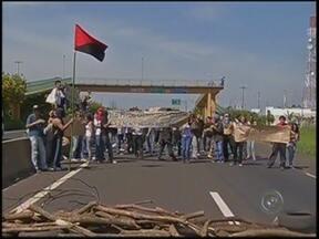 Estudantes da Unesp fecham Rodovia do Contorno durante protesto em Marília - Os estudantes atearam fogo em pneus e galhos para fechar uma das pistas da Rodovia do Contorno. Eles gritavam palavras de ordem e pediam melhorias para a universidade. Entre eles havia alguns mascarados, mas nenhum incidente foi registrado