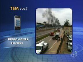 Carreta pega fogo após colisão na Raposo Tavares em Sorocaba - Segundo o Corpo de Bombeiros, um dos veículos pegou fogo após se chocar na traseira de outro caminhão.