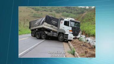 Carreta tomba em curva e espalha carga pela BR-356 próximo à Muriaé - Veículo transportava 30 toneladas de granito.Motorista não se feriu e pista já foi liberada.