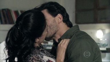 Valentin e Vivian se beijam - Adoniran não permite que ela beba. Valentin promete protegê-la