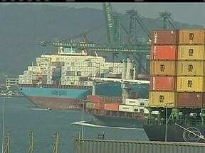 Balança comercial registra o pior resultado de outubro em 13 anos - Mais uma vez, o Brasil importou mais do que vendeu e o déficit na balança comercial de outubro chegou a US$ 224 milhões. O resultado teria sido ainda pior se não fosse uma operação contábil para exportar uma plataforma de petróleo.